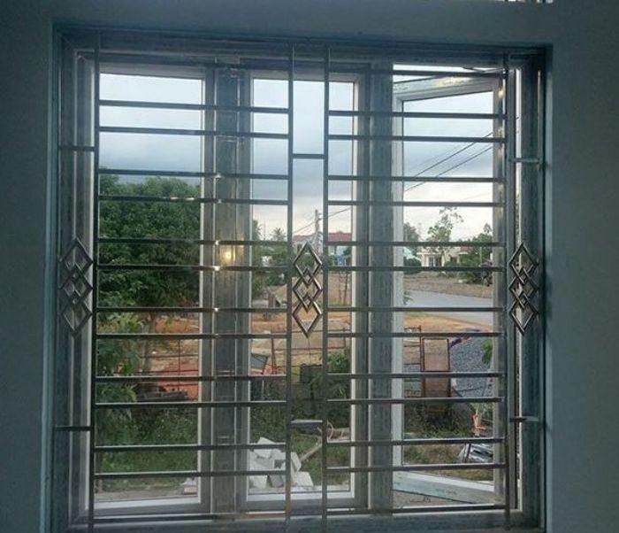 Mẫu cửa sổ sắt có bộ khung khá là chắc chắn và đẹp mắt