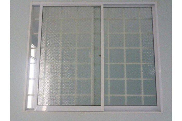 Cửa sổ sắt lùa 2 cánh màu trắng với kính nhám