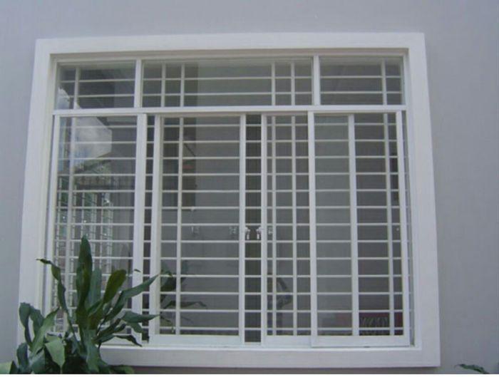 Cửa sổ sắt kính lùa 4 cánh màu trắng có song chắn ngang