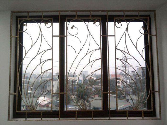 Cửa sổ sắt kính lùa 3 cánh có song chắn hoa văn
