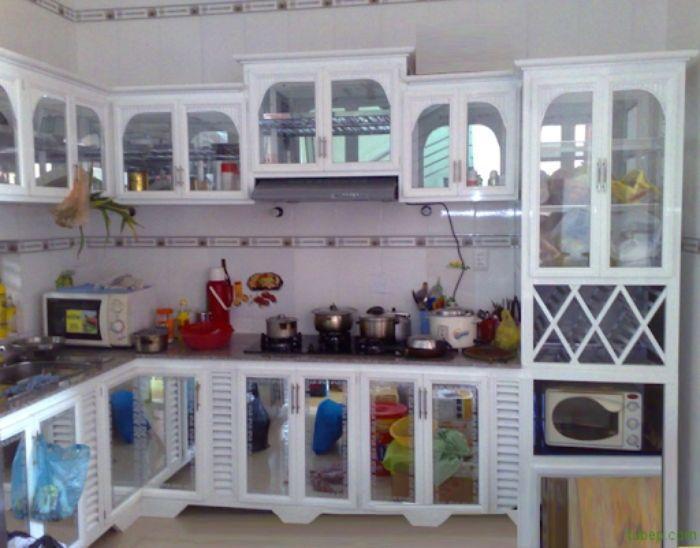 Tủ bếp nhôm kính chữ L có thiết kế cửa mở hình mái vòm cổ điển