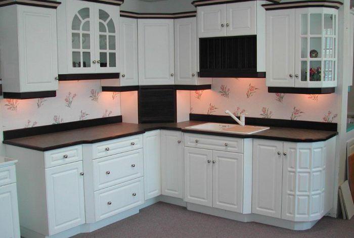 Tủ bếp nhôm kính được thiết kế đơn giản nhưng sang trọng