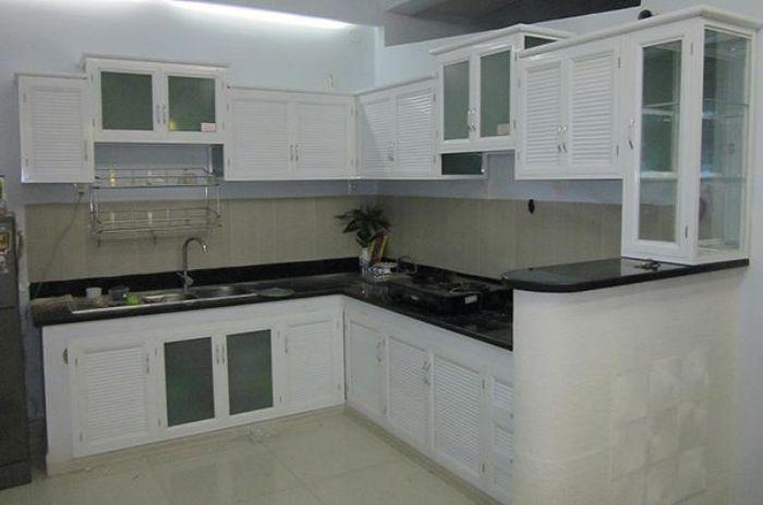 Tủ bếp nhôm kính chữ L màu trắng kết hợp kính nhám