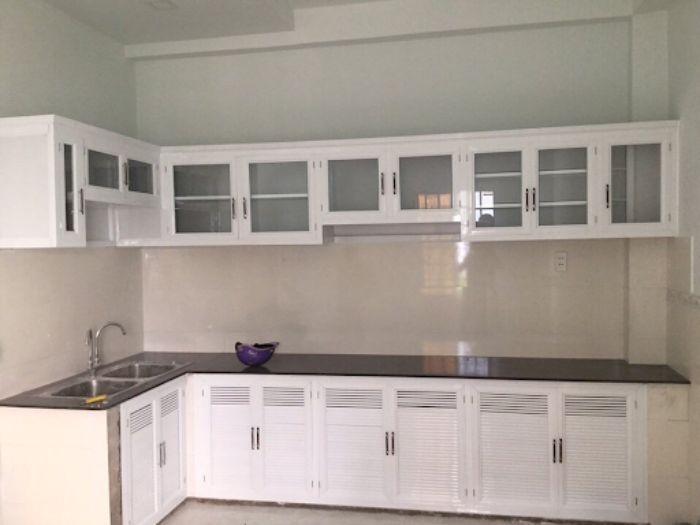 Tủ bếp nhôm kính màu trắng mẫu 6