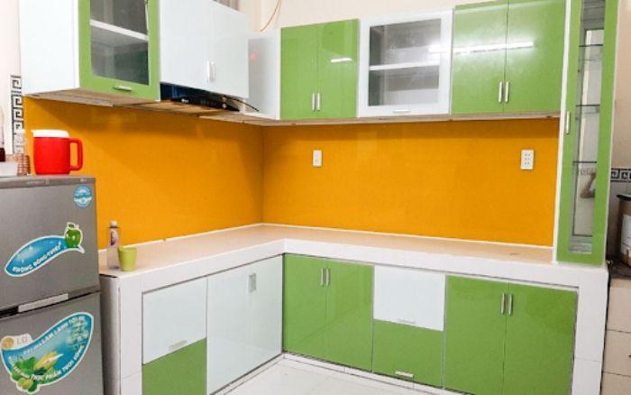 Tủ bếp nhôm kính màu xanh mẫu 4