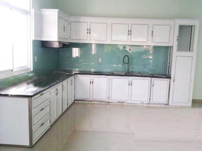 Tủ bếp nhôm kính màu trắng cho không gian nhỏ mẫu 2