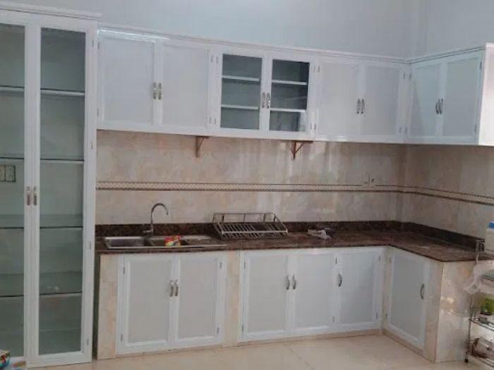 Tủ bếp nhôm kính màu trắng kết hợp kính trong mẫu 1
