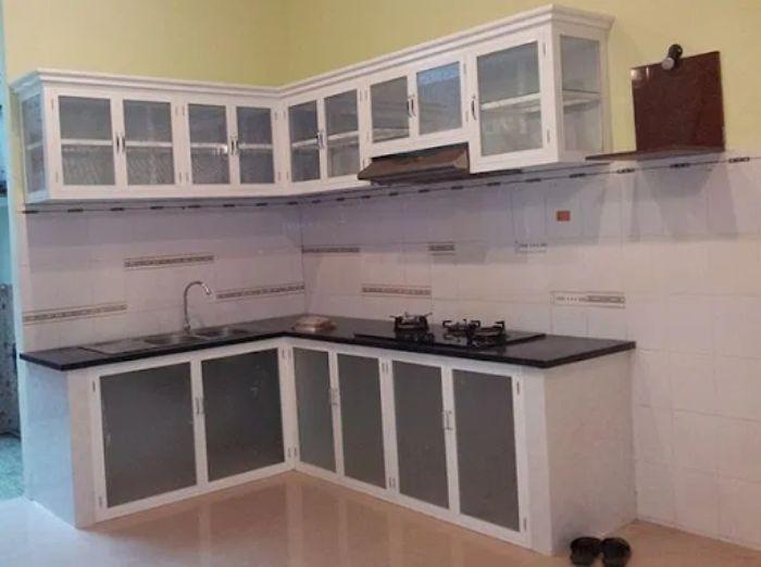 Tủ bếp nhôm kính màu trắng kết hợp kính trong mẫu 2