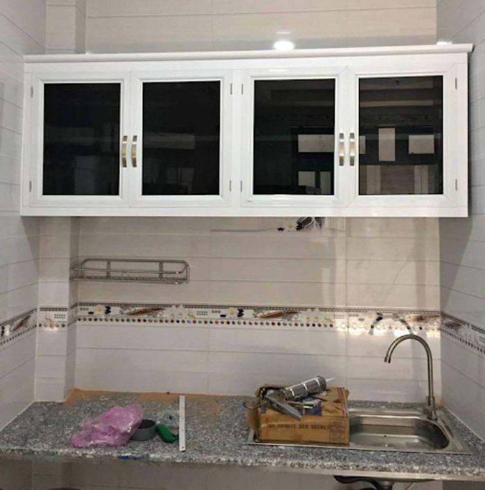 Tủ bếp nhôm kính màu trắng kết hợp cùng kính mờ mẫu 1