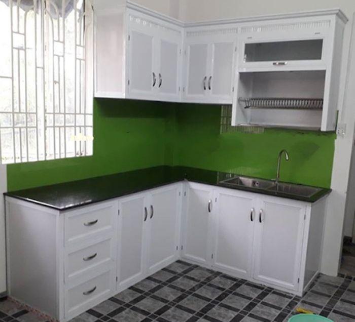 Tủ bếp nhôm kính màu trắng sơn tĩnh điện mẫu 2