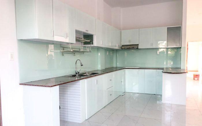 Tủ bếp nhôm kính trắng chữ L mẫu 2