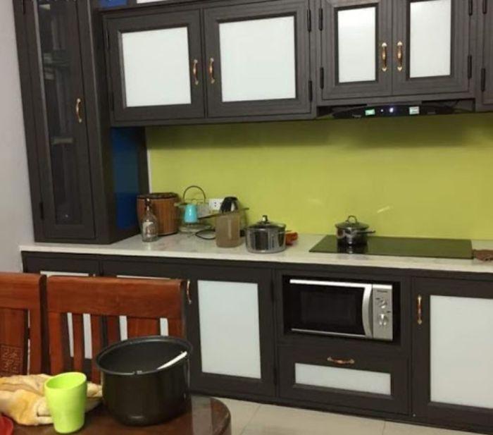 Tủ bếp nhôm kính treo tường màu đen mẫu 3