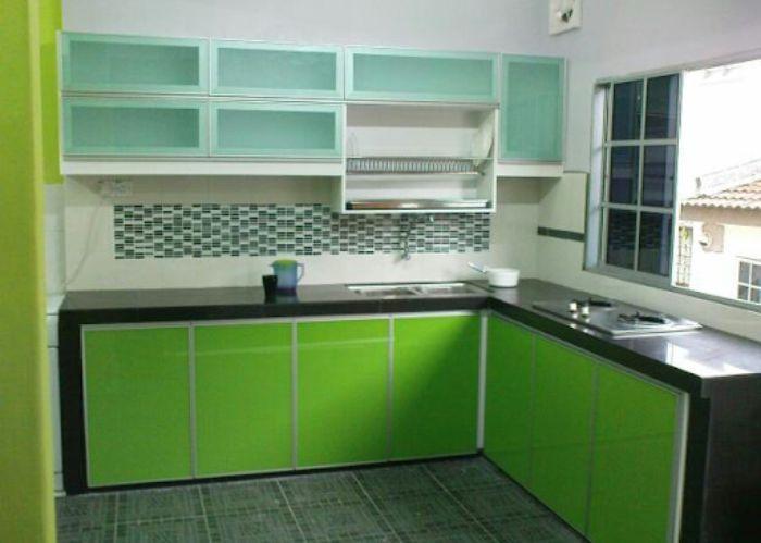 Tủ bếp nhôm kính treo tường màu xanh mẫu 1