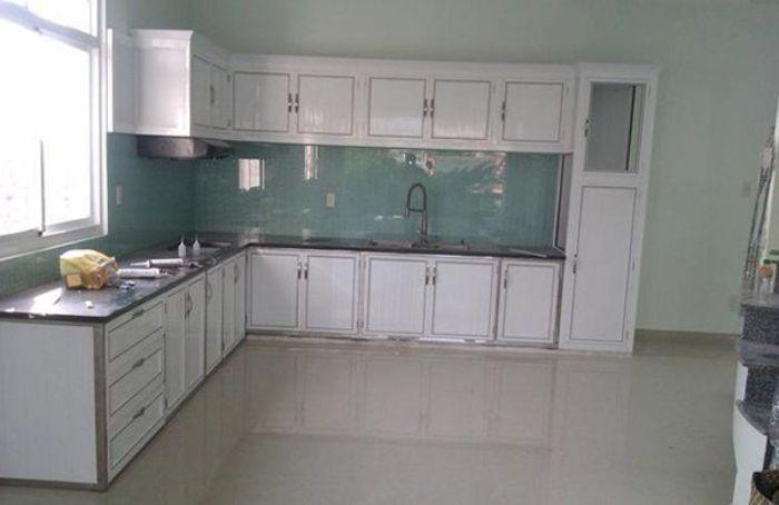 Tủ bếp nhôm kính treo tường màu trắng mẫu 3