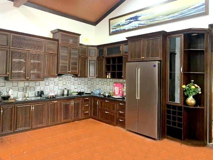 Tủ bếp nhôm kính vân gỗ 2 tầng mẫu 2