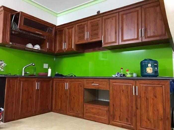 Tủ bếp nhôm kính vân gỗ xingfa mẫu 2