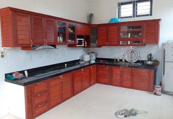Tủ bếp nhôm kính vân gỗ chữ L mẫu 1