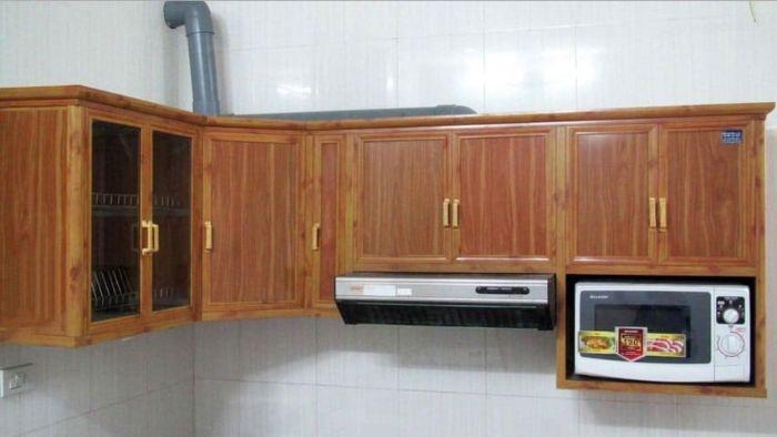 Tủ bếp nhôm kính vân gỗ treo tường mẫu 1