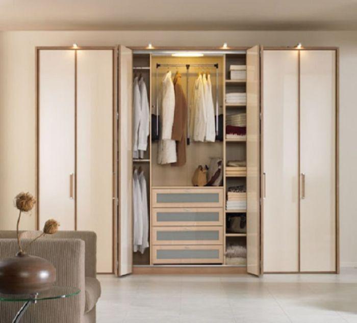 Tủ nhôm kính đựng quần áo được thiết kế âm tường giúp tiết kiệm không gian