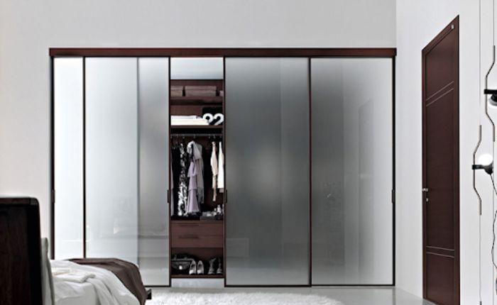 Tủ quần áo thiết kế âm tường với kính nhám và khung nhôm