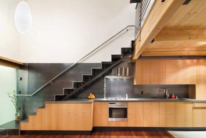 Mẫu tủ bếp nhôm kính vân gỗ gầm cầu thang tiện nghi