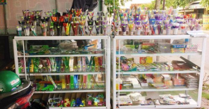 Tủ kính trưng bày đồ dùng học tập mẫu 1
