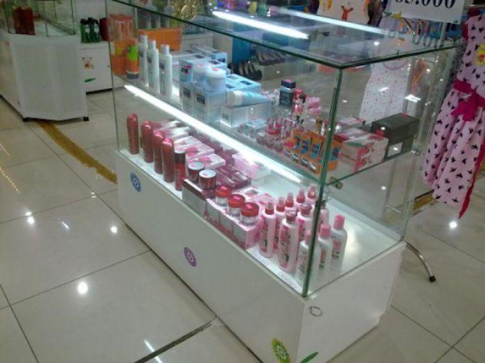 Tủ nhôm kính trưng bày mỹ phẩm mẫu 3