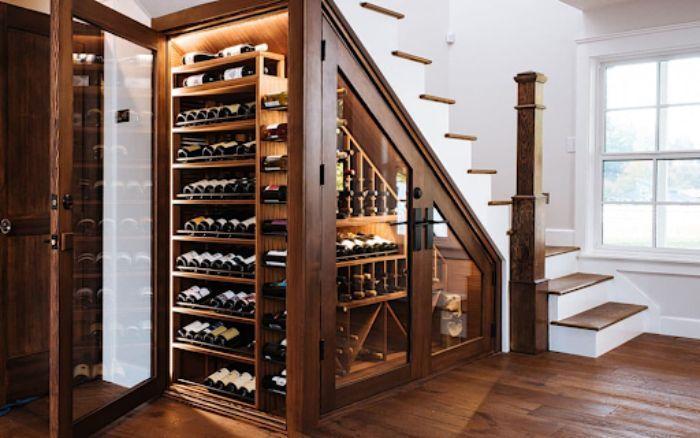 Mẫu tủ rượu nhôm kính dưới gầm cầu thang có màu giả gỗ vô cùng sang trọng