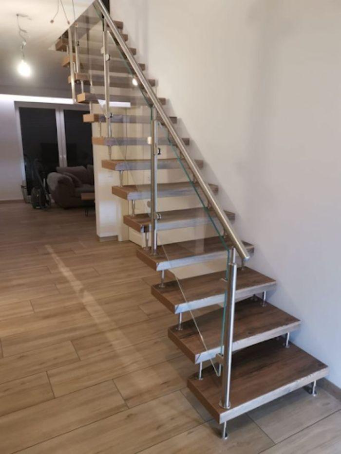 Cầu thang kính cường lực tay vịn inox có thiết kế tối giản