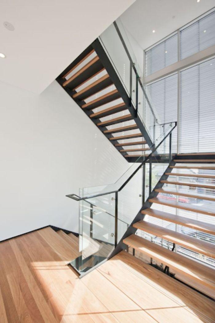Cầu thang kính cường lực tay vịn inox sàn gỗ