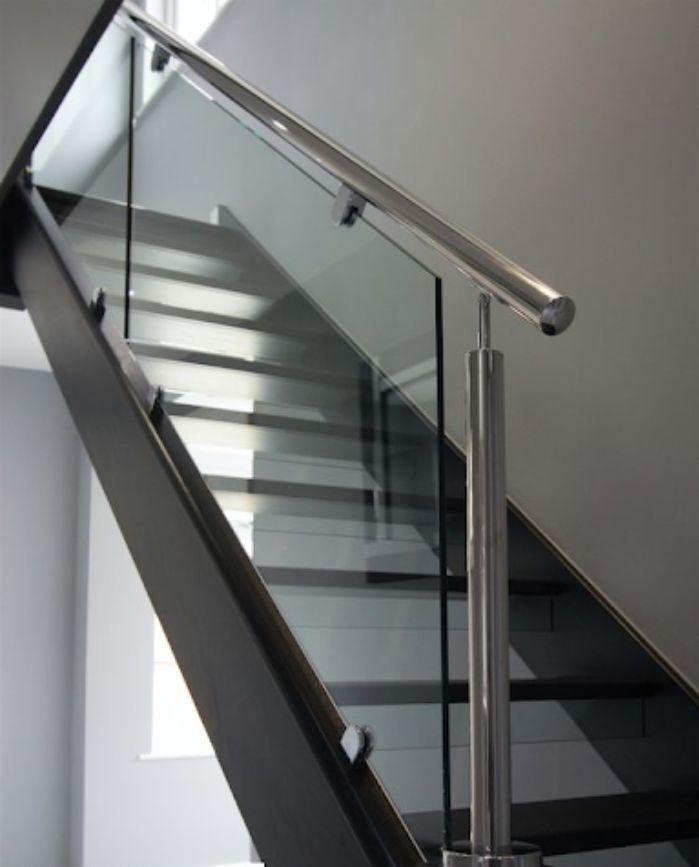 Cầu thang kính cường lực tay vịn inox có thiết kế sang trọng