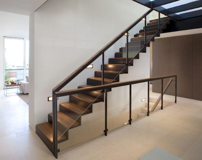 Cầu thang kính cường lực tay vuông vân gỗ