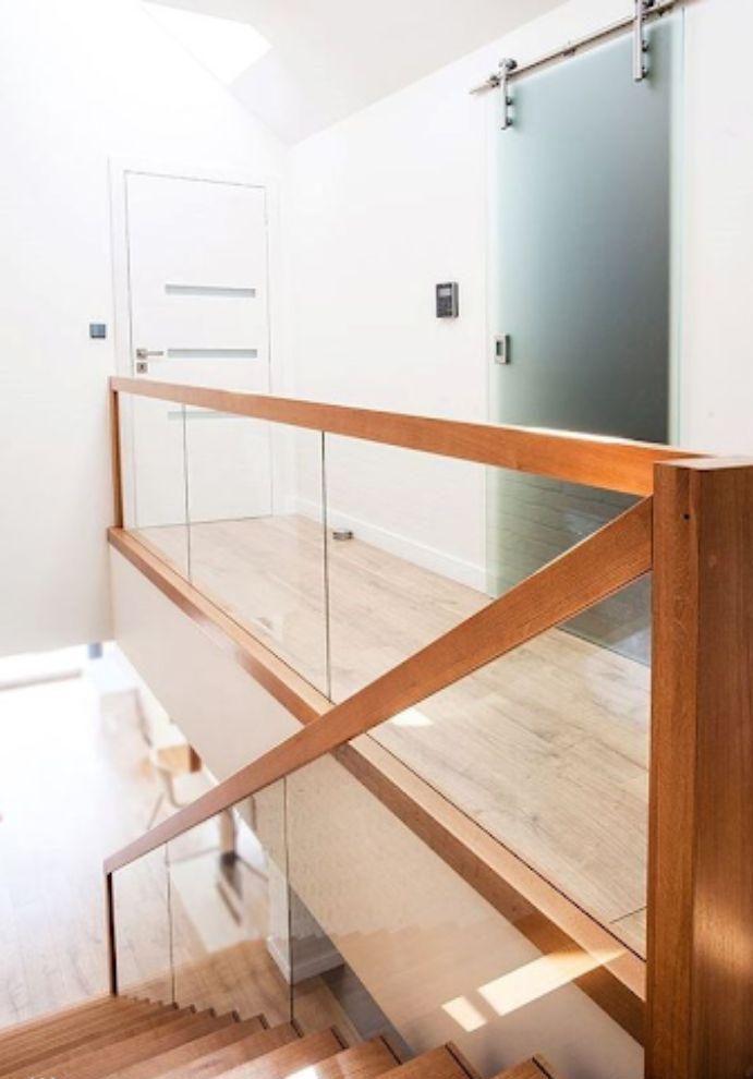Cầu thang kính cường lực tay vuông tối giản