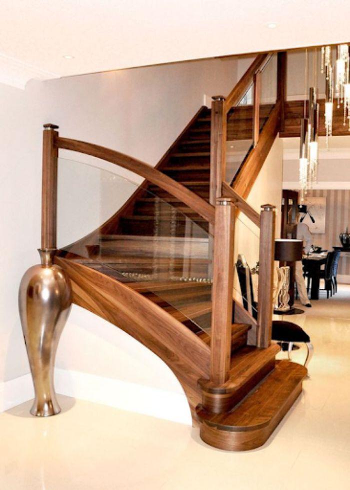 Mẫu cầu thang kính cường lực gỗ với thiết kế sang trọng