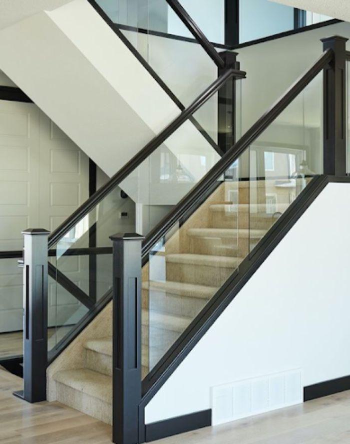 Cầu thang kính cường lực tay vịn nhựa màu đen