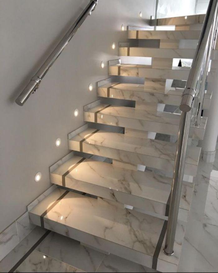 Cầu thang kính không trụ tròn có thiết kế tinh tế