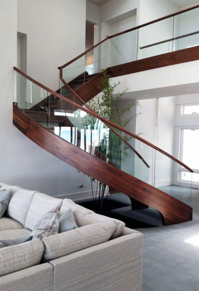 Cầu thang kính không trụ tay vịn gỗ đơn giản