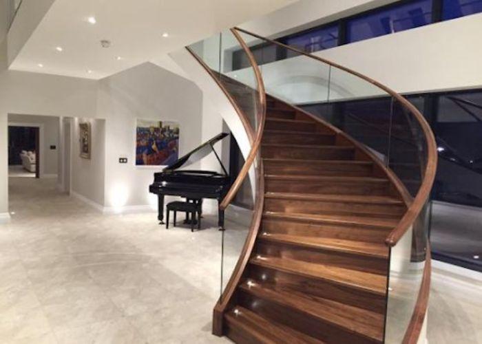 Cầu thang kính không trụ tay vịn gỗ đẹp