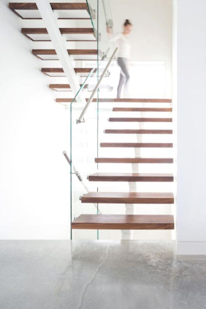 Cầu thang kính không trụ ốp sườn xương cá bậc gỗ