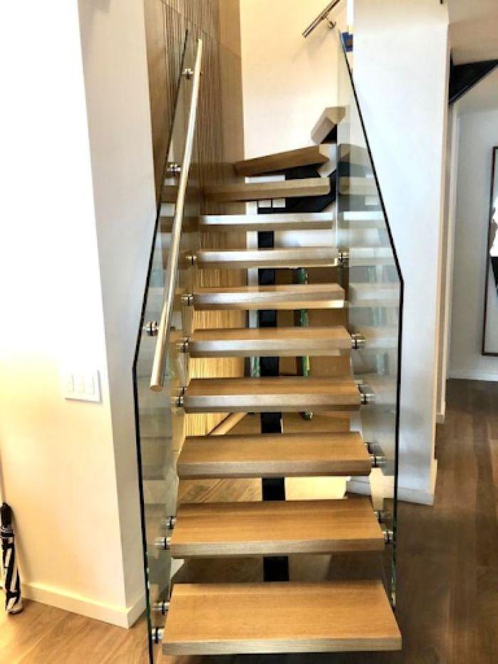 Cầu thang kính không trụ ốp sườn thiết kế đơn giản