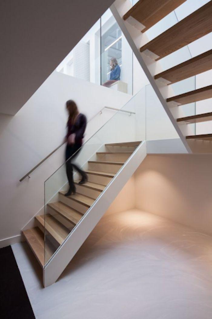 Cầu thang kính không trụ có tay vịn làm từ nhiều chất liệu khác nhau