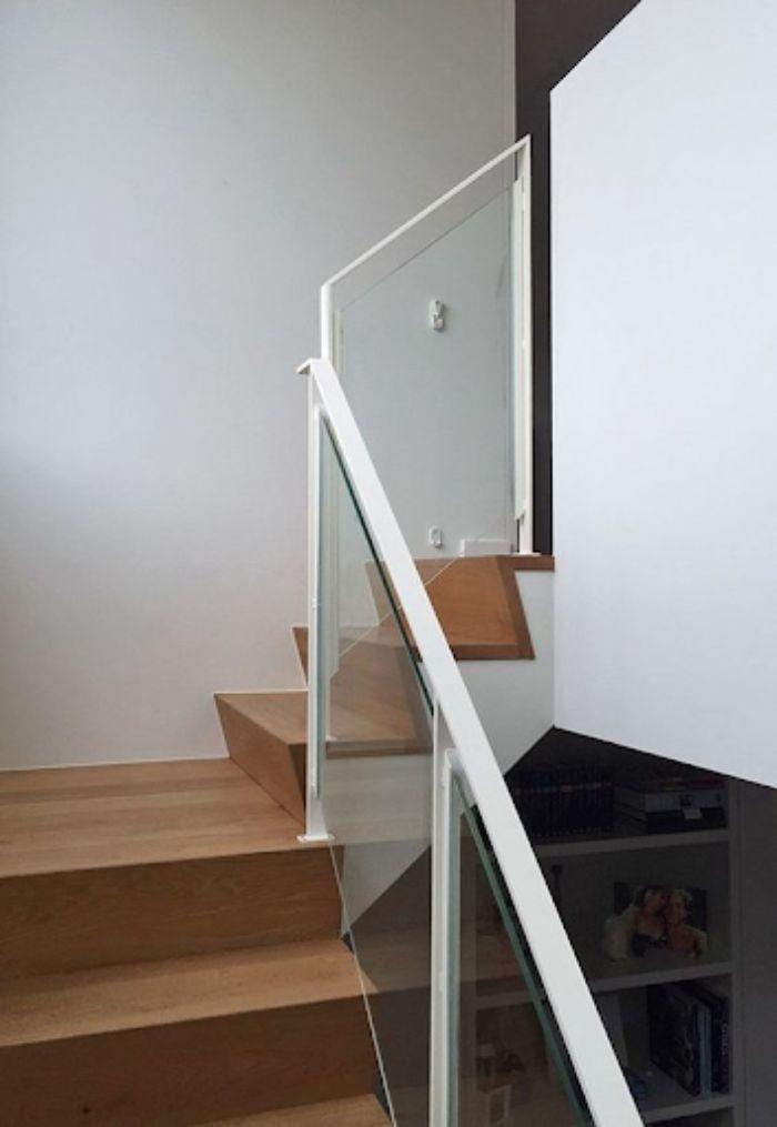 Cầu thang kính tay vịn nhựa màu trắng