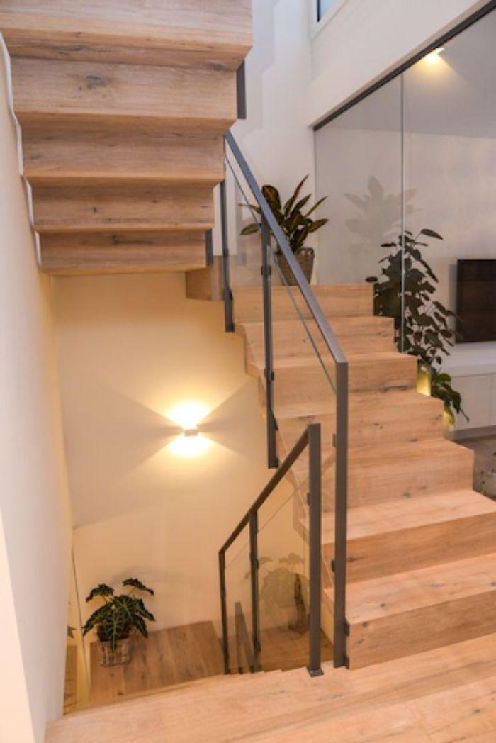 Cầu thang kính tay vịn nhựa thiết kế tinh tế