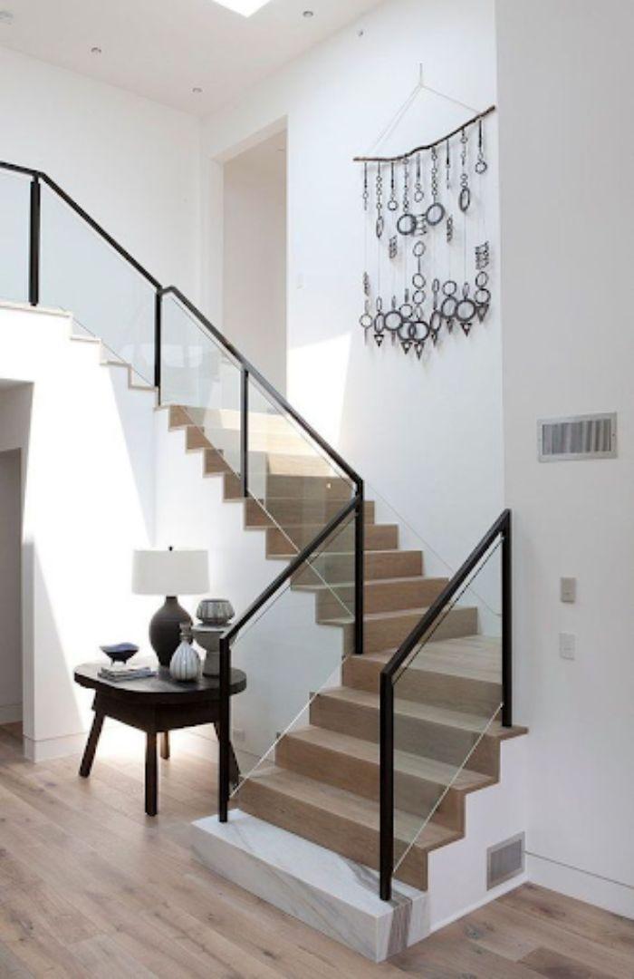 Cầu thang kính tay vịn nhựa màu đen đơn giản