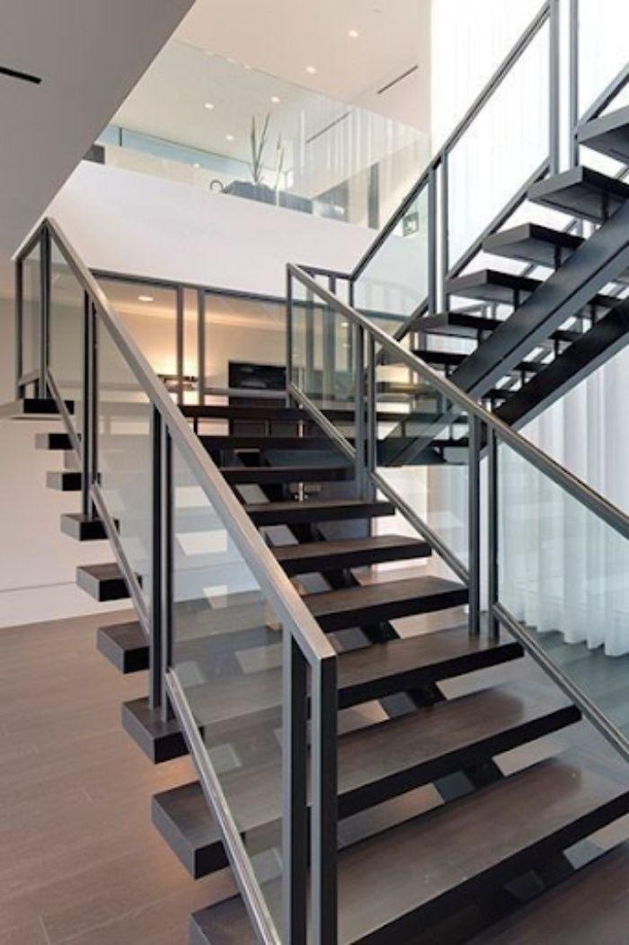Cầu thang kính tay vịn nhựa màu đen dạng xương cá