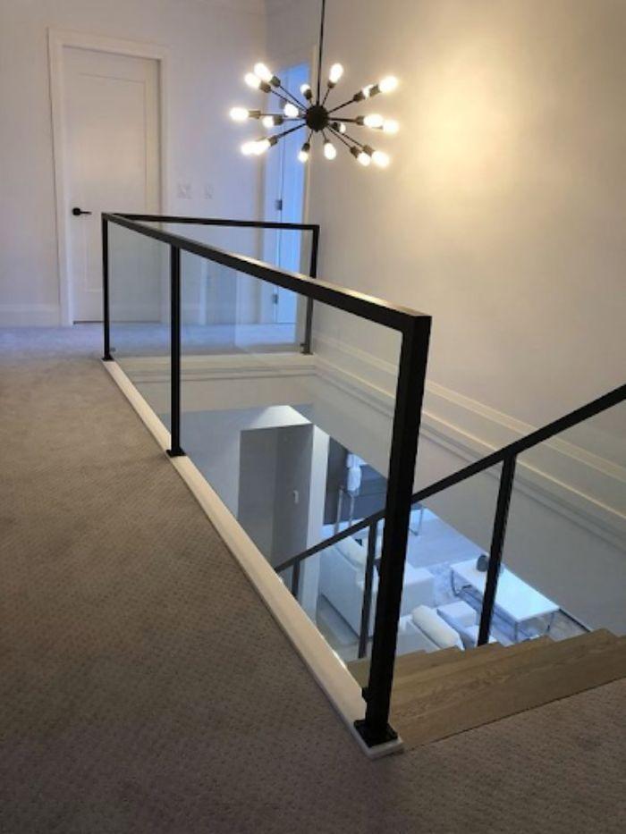 Cầu thang kính tay vịn nhựa màu đen