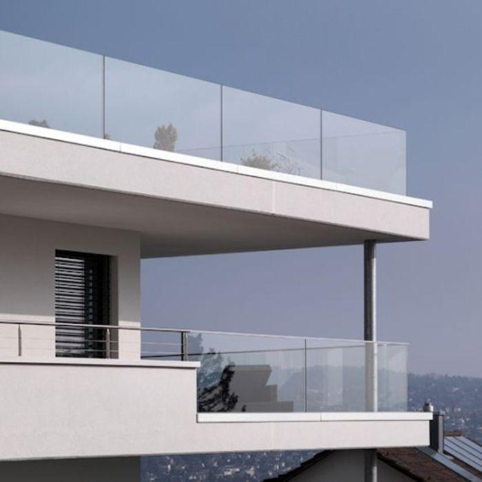 Lan can ban công kính giúp ngôi nhà trở nên ấn tượng hơn
