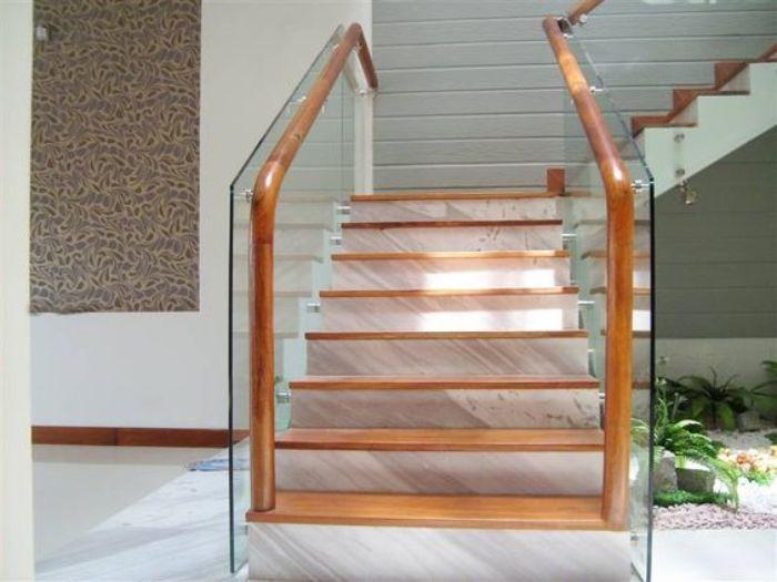 Cầu thang lan can kính mang lại một nét đẹp sang trọng