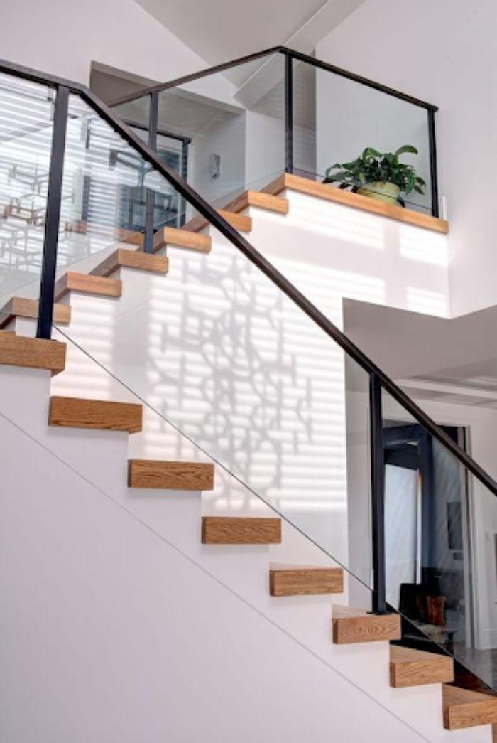 Cầu thang kính tay vịn nhựa có thiết kế tối giản cho nhà ống
