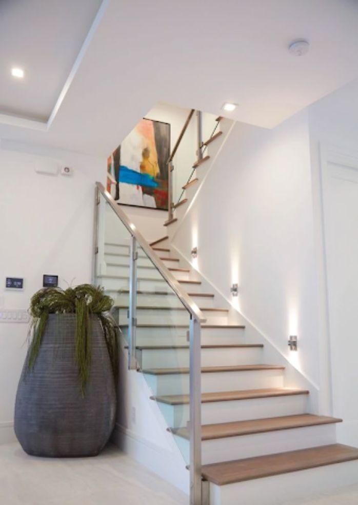 Cầu thang kính tay vịn nhựa có thiết kế sáng màu